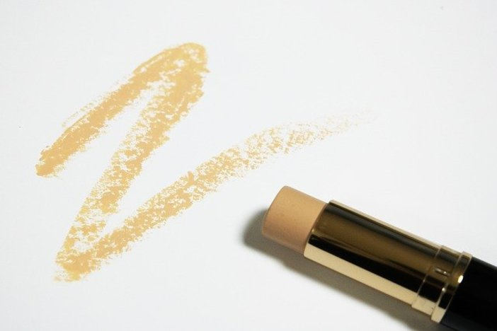 How To Properly Cover Dark Under-Eye Circles With Concealers